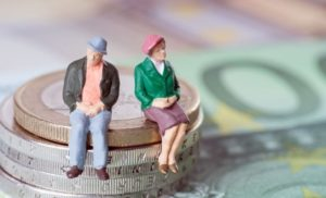 legea-care-extinde-categoriile-de-beneficiari-ai-reducerii-cu-doi-ani-a-varstei-standard-de-pensionare-s8857-300×182.jpg poza 2